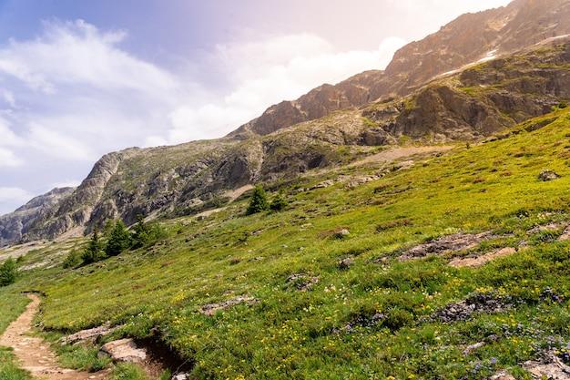 Bellissimo paesaggio alpino panoramico in estate. tramonto nelle alpi francesi. alto altopiano in montagna.