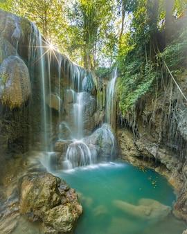 Bella cascata panoramica della foresta profonda