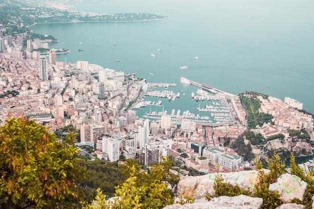Paesaggio urbano panoramico degli edifici della baia del porto di monaco e della costa del mare dalla cima della montagna