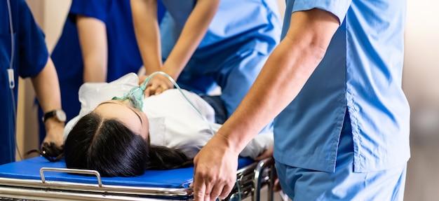 Primo piano panoramico il team medico esegue la rcp al paziente gravemente ferito