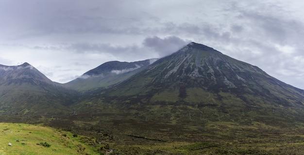 Immagine panoramica di uno splendido scenario montano drammatico nell'isola di skye, in scozia