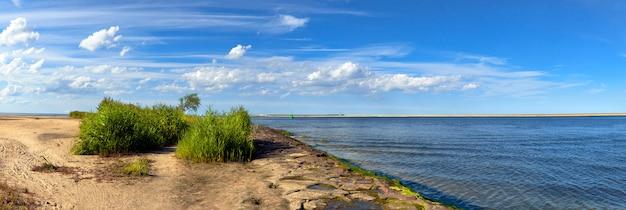 Immagine panoramica di una foce del fiume swina in swinoujscie, polonia