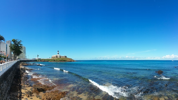Paesaggio panoramico della spiaggia di barra a salvador bahia brasile.