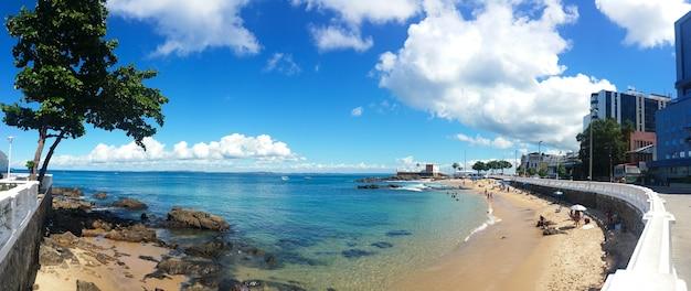 Paesaggio panoramico della spiaggia urbana di porto da barra in salvador bahia brasile.