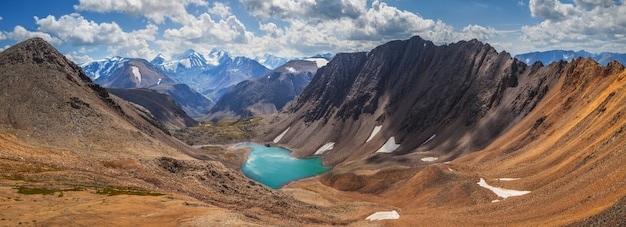 Paesaggio panoramico di montagna, altai, lago in una profonda gola, rocce colorate
