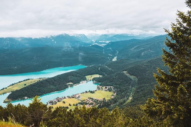 Vista panoramica montagna turchese alpino lago foresta di abeti piccolo villaggio in baviera germany