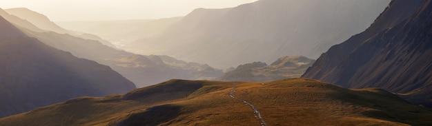 Vista panoramica sulle montagne, luce del mattino