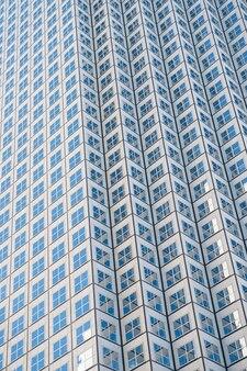 Vista panoramica e prospettica grandangolare su sfondo blu acciaio di grattacieli in vetro grattacieli nel moderno centro futuristico di notte concetto aziendale di architettura industriale di successo