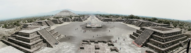 Una foto panoramica di teotihuacan dalla piramide del sole in messico