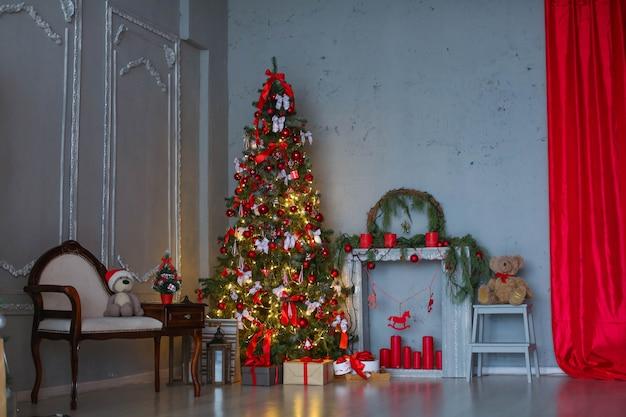 Pianta panoramica della stanza con un albero di natale e un divano.