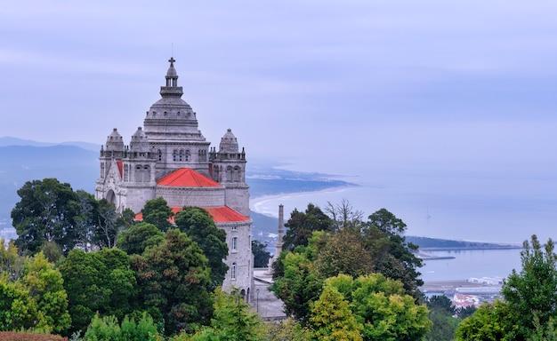 Panoramica di santa luzia a viana do castelo, portogallo - il mare sullo sfondo