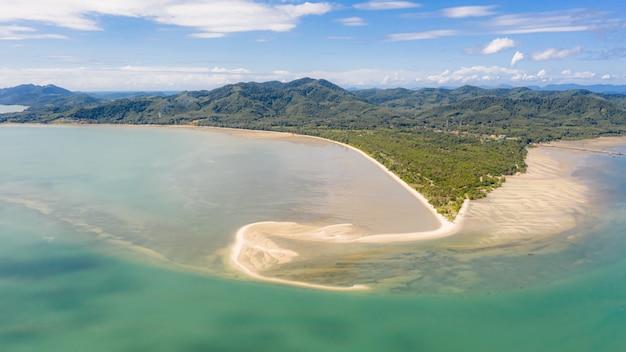 Vista sul mare e montagna panoramiche con la vista aerea del fondo del cielo blu dal fuco