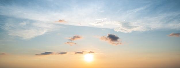 Panoramico del cielo al tramonto con minuscola nuvola per lo sfondo