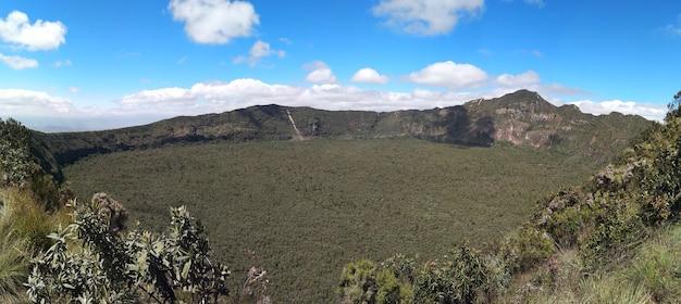 Panoramica nel trekking nel cratere del vulcano di oloonongot, naivasha. kenya