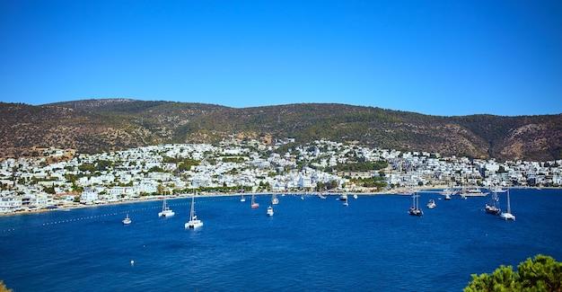Vista panoramica del mar egeo, tradizionale porto turistico di case bianche dal castello di bodrum, turchia