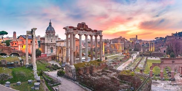 Vista panoramica delle antiche rovine di un foro romano o foro romano all'alba a roma, italia. vista dal campidoglio