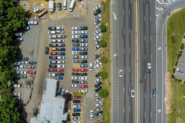 Vista panoramica della strada asfaltata in molte auto attraverso una cittadina americana
