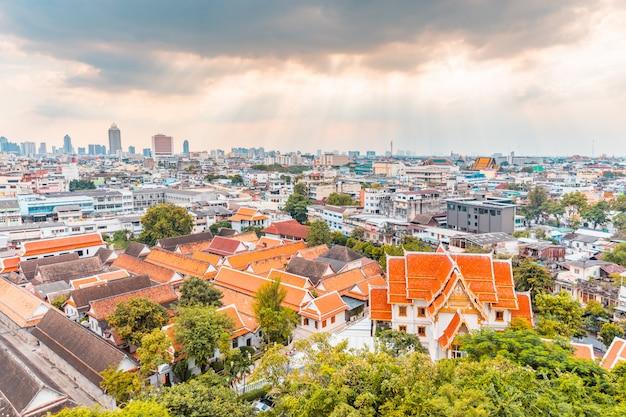 Vista panoramica di bangkok, in thailandia, con un tempio in primo piano