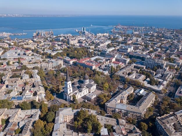 Vista panoramica sul mar nero con il porto e la città da spaso-preobrazhensky. cattedrale contro il cielo blu. ucraina, odessa. vista aerea dal drone