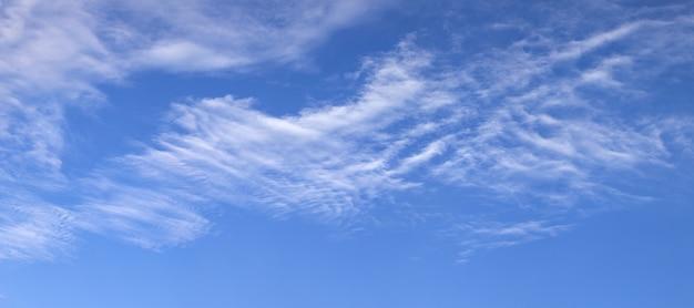 Vista panoramica del cielo azzurro con nuvole bianche