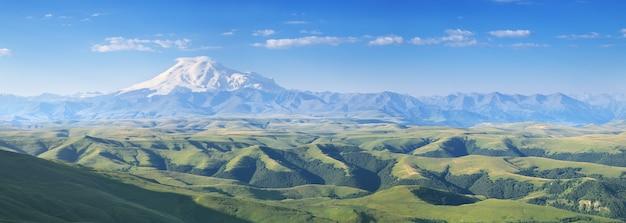 Vista panoramica sulle montagne del caucaso e sull'elbrus