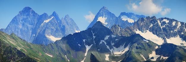 Vista panoramica delle montagne del caucaso con picchi rocciosi
