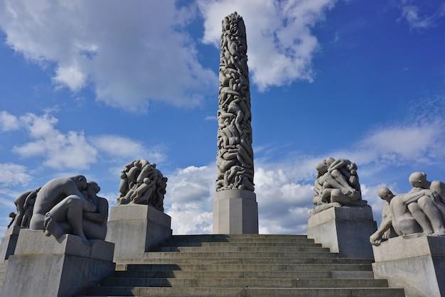 Vista panoramica dell'obelisco centrale fatto di sculture di persone di gustav vigeland, frogner park, oslo, norvegia.