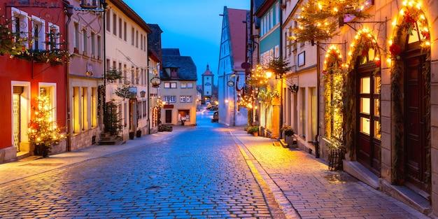 Vista panoramica della strada di natale con cancello e torre plonlein nel centro storico medievale di rothenburg ob der tauber, baviera, germania meridionale