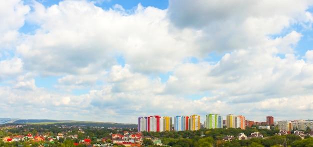 Vista panoramica della città da un volo d'uccello con tempo nuvoloso
