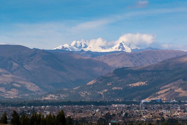Vista panoramica della città di huancayo ai piedi delle imponenti montagne e della nevosa huaytapallana