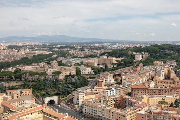 Vista panoramica sulla città di roma dalla basilica papale di san pietro (basilica di san pietro). giorno d'estate, la gente cammina per strada e le macchine per strada