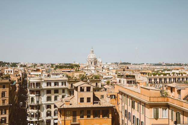 Vista panoramica della città di roma con vecchie case da piazza di spagna. giornata di sole estivo e cielo blu
