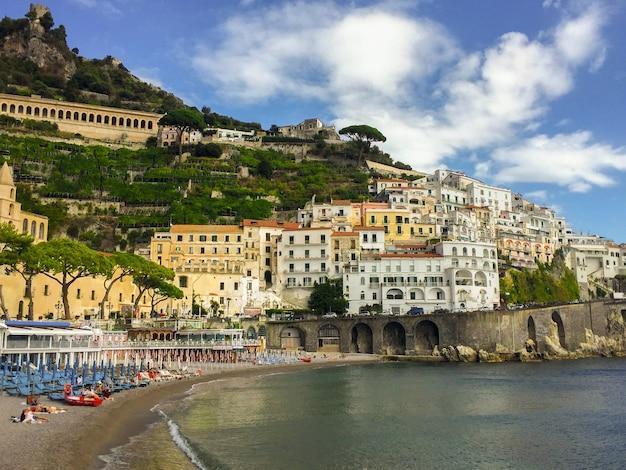 Vista panoramica della città e del mare il giorno pieno di sole.amalfi.italia.