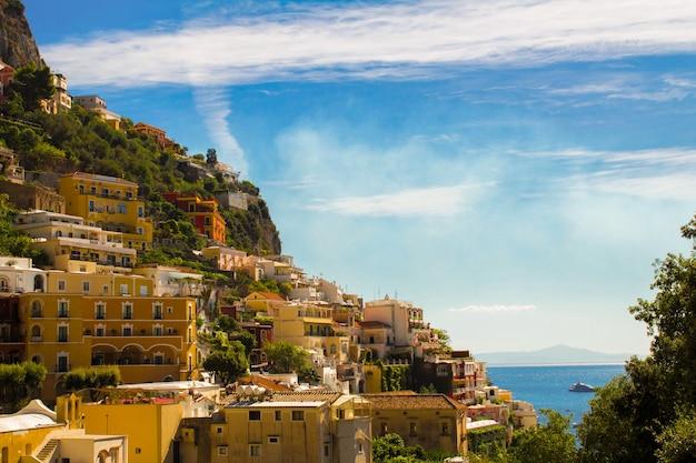 Vista panoramica della città e del mare il giorno pieno di sole.positano.italia.
