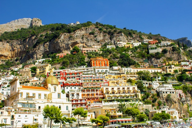 Vista panoramica della città il giorno pieno di sole.positano.italia.