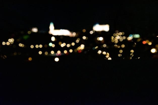 Vista panoramica della città di toledo illuminata di notte. fotografia artistica. messa a fuoco selettiva. punti luce.