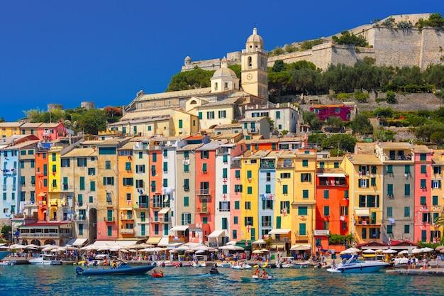 Vista panoramica del pittoresco porto pittoresco di porto venere, della chiesa di san lorenzo e del castello doria sullo sfondo, la spezia, liguria, italia.