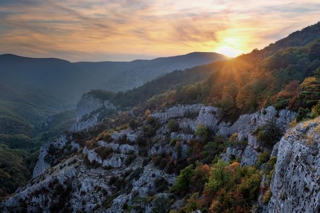 Vista panoramica della valle della montagna della crimea ad una luce di tramonto.