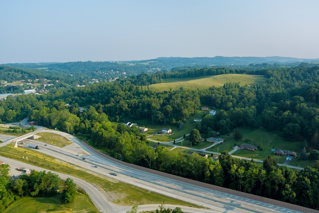 Vista panoramica di dwight d. eisenhower highway 70 road vicino alla piccola città di bentleyville hills
