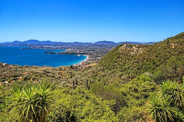 Vista panoramica della costa orientale di corfù nella zona della spiaggia di ipsos dal villaggio di spartilas in grecia