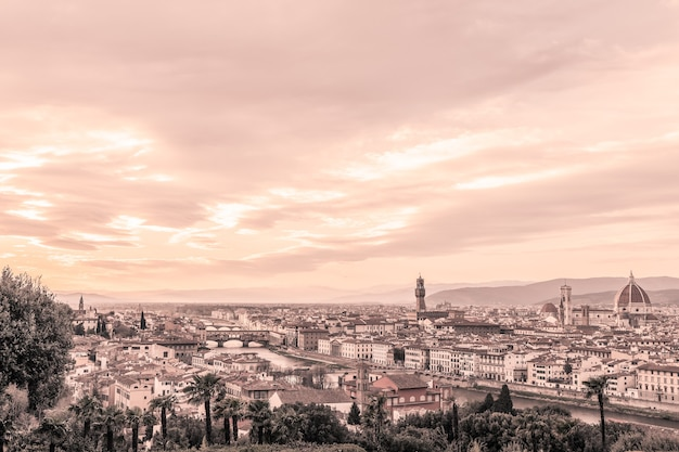 Vista panoramica di firenze e dei suoi famosi monumenti. toscana, italia. effetto foto vintage