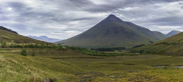 Vista panoramica da glen coe in una giornata cupa, scozia