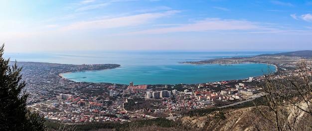 Vista panoramica della baia di gelendzhik dalla cima delle montagne e della funivia