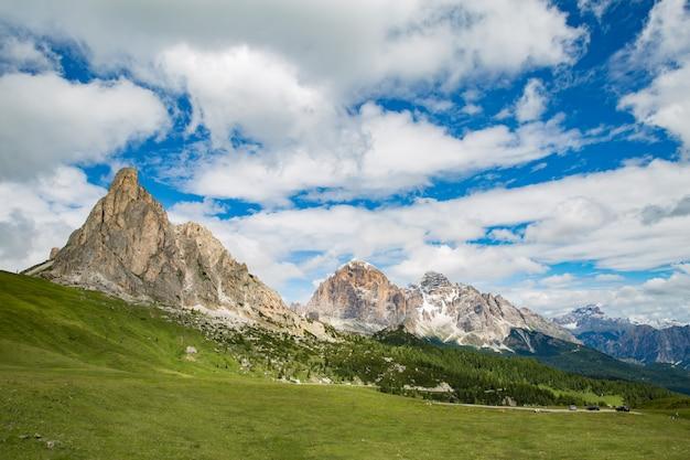 Vista panoramica di idilliaco scenario di montagna nelle alpi con prati verdi freschi in fiore in una bella giornata di sole in primavera, parco nazionale berchtesgadener land, baviera, germania