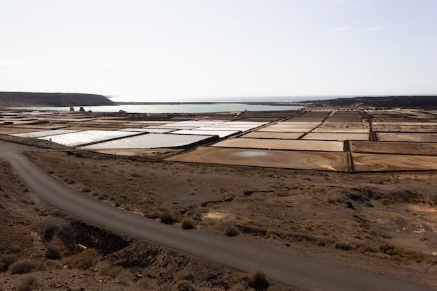 Vista panoramica delle miniere di sale di janubio a lanzarote il giorno pieno di sole
