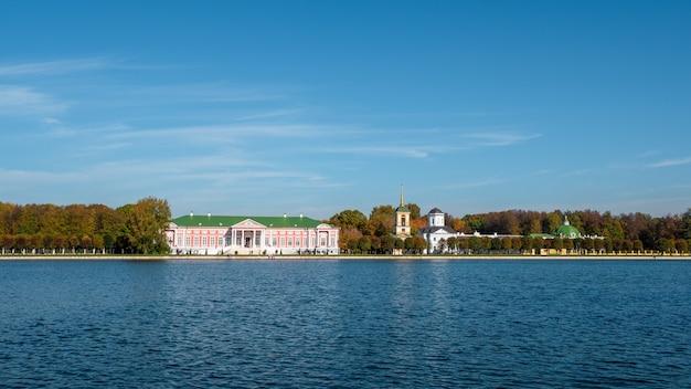 Vista panoramica della tenuta di kuskovo nel parco di kuskovo. mosca. russia.