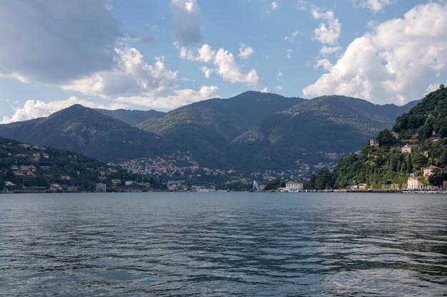 La vista panoramica del lago di como (lago di como) è un lago di origine glaciale in lombardia, italia. giornata estiva e cielo azzurro drammatico
