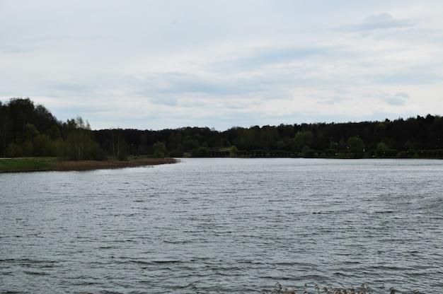 Vista panoramica sul lago. lago su uno sfondo di nuvole. giornata nuvolosa di primavera.