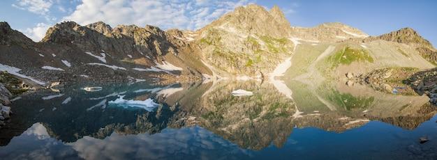 Vista panoramica del lago con bellissimo riflesso nelle montagne del caucaso