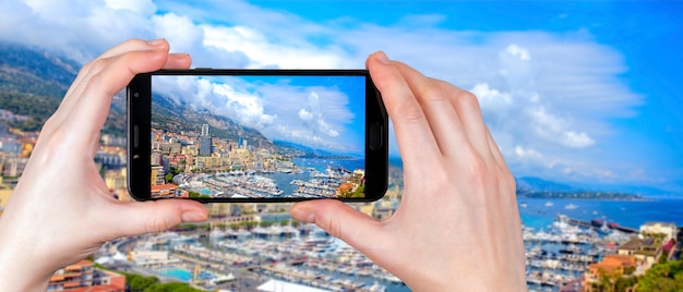 Vista panoramica di monte carlo, monaco. il turista scatta una foto